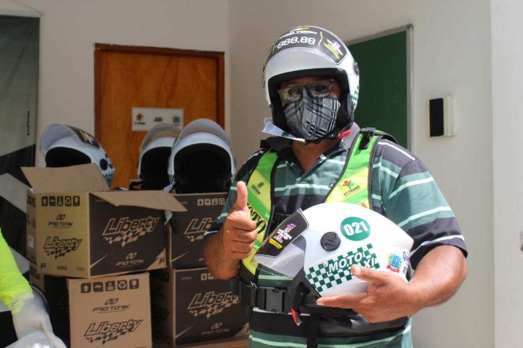 Prefeitura de Queimadas entrega capacetes novos e kits de higienização para os mototaxistas cadastrados na STTRANS