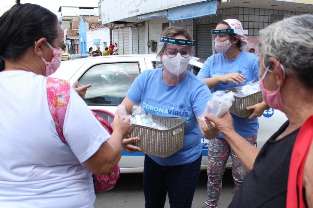Prefeitura promove campanha de distribuição de kits com máscaras e álcool 70%