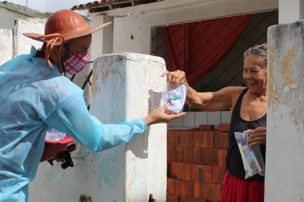 Secretaria de Desenvolvimento Social realiza ação com mensagens de alegria e orientações para pessoas idosas