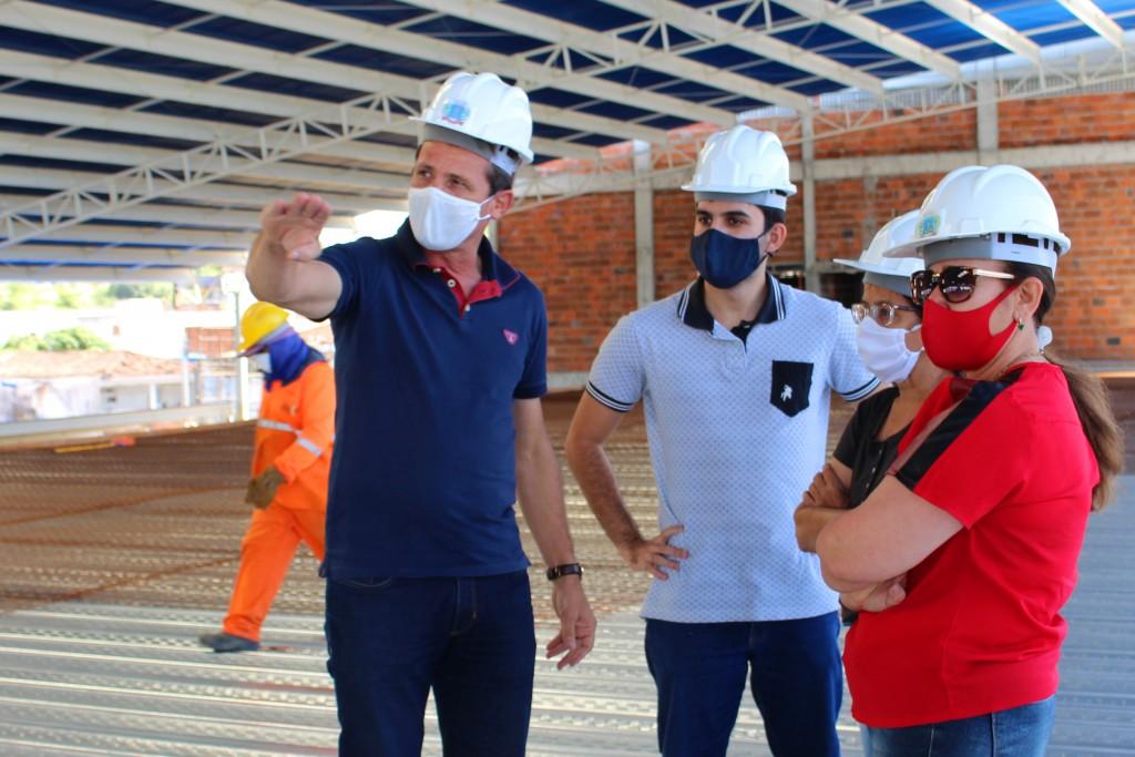 Em visita ao Mercado Público, prefeito destaca a importância da obra para o desenvolvimento queimadense